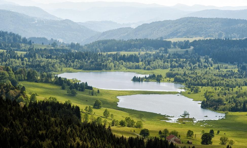 Espace Alpin de Bellefontaine (et son lac) en été