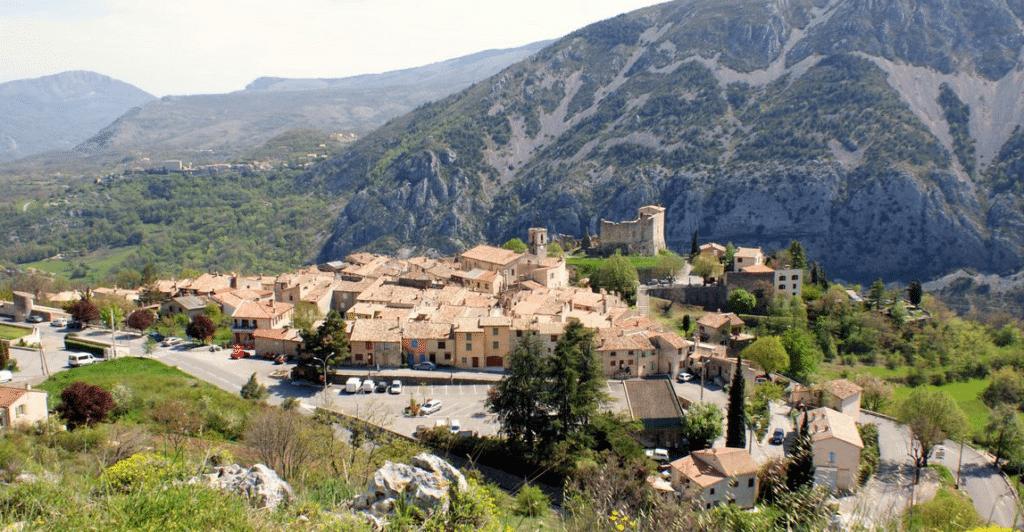 Le village de Gréolieres en été