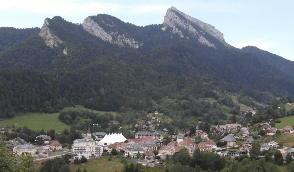 Les Egaux (et le village de Saint-Pierre de Chartreuse) en été