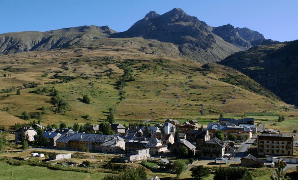 Val d'Oronaye (et le village de Larche) en été